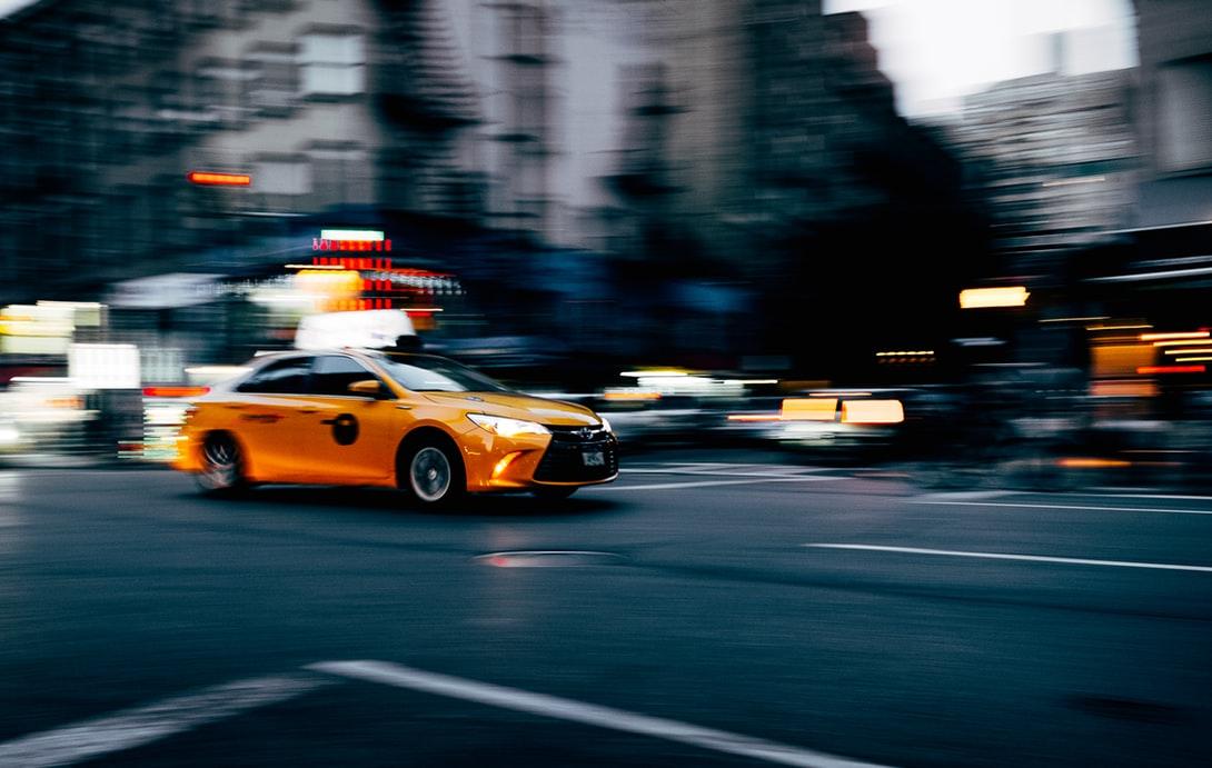 在美國,搭計程車通常會給小費。(Photo by Adrien Ledoux on Unsplash)