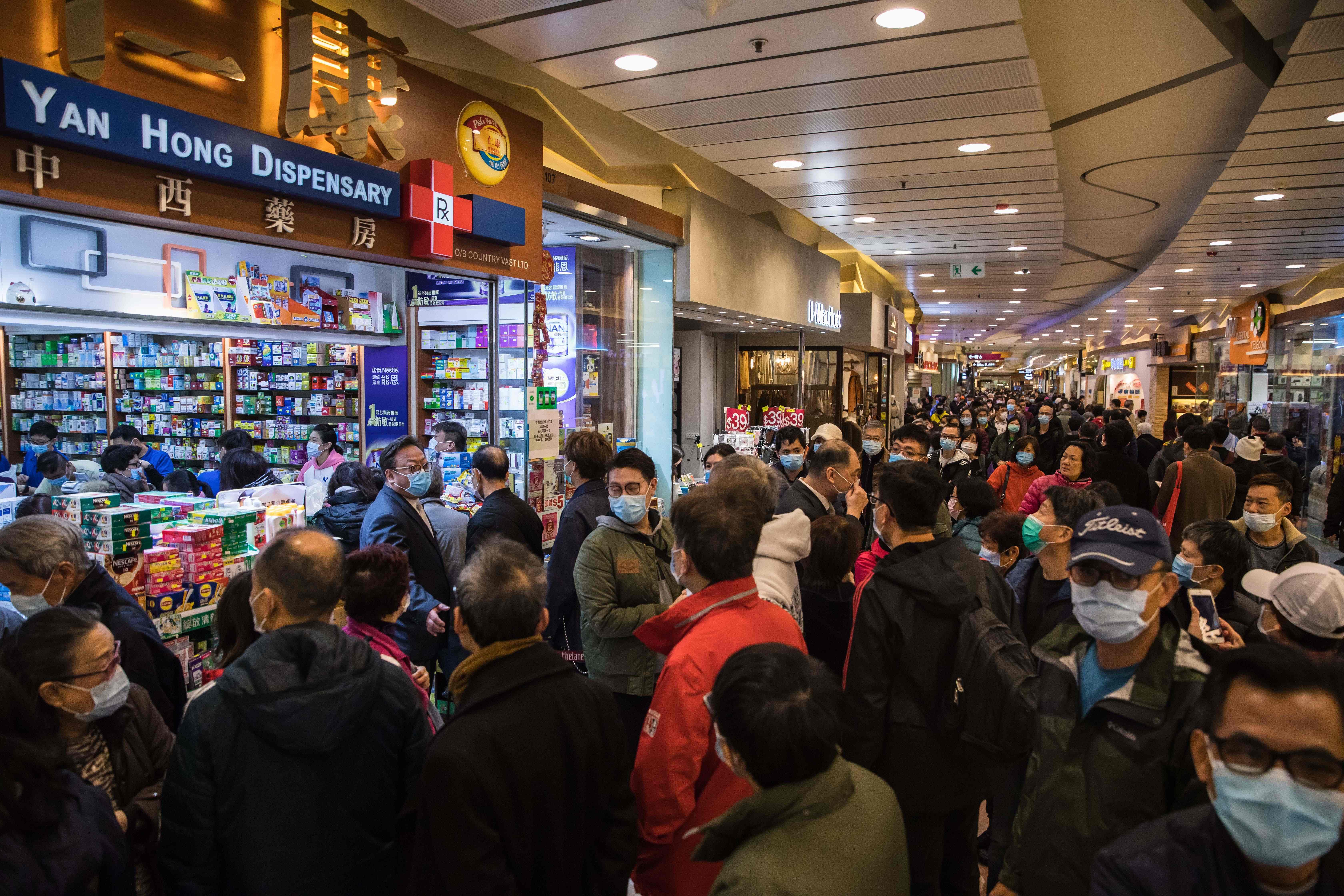 香港有些商店外傳出有民眾排了許久的隊卻買不到,不滿店家販售分配方式,導致現場一度出現混亂。法新社