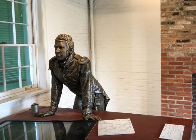 堡壘指揮官阿米斯提少校塑像。