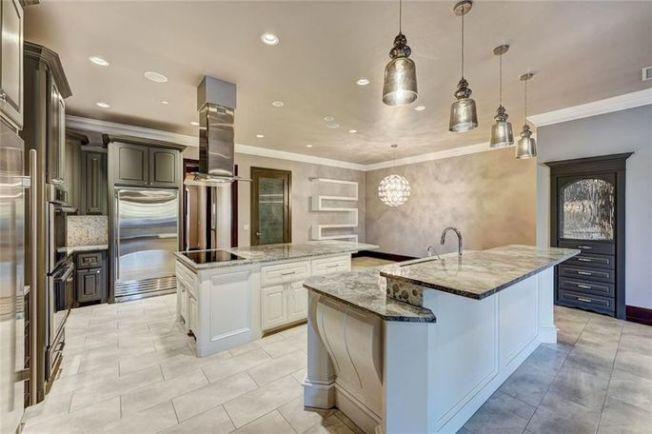 開放式廚房配備兩張工作台。(Realtor)