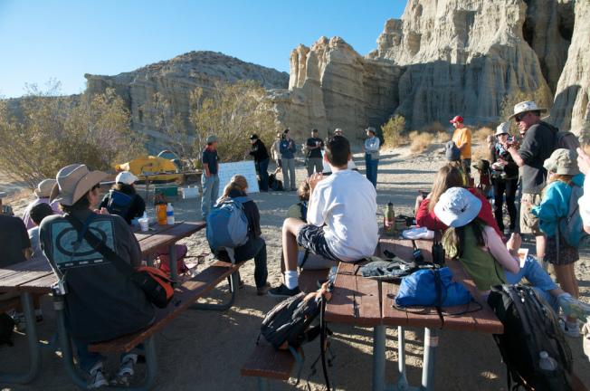 露營地的清晨,化石愛好者聼取專業人士指導,準備出發。