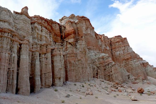 這片著名的紅砂岩,中間斜過一條斷層。