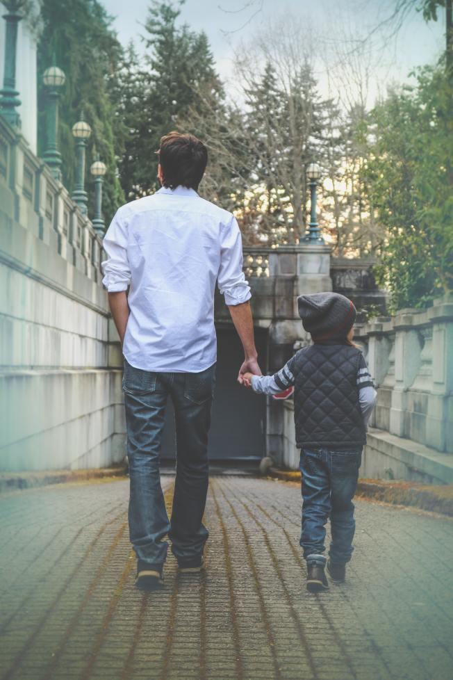 帶孩子到附近公園,不要開車,一起散步。(Pexels)