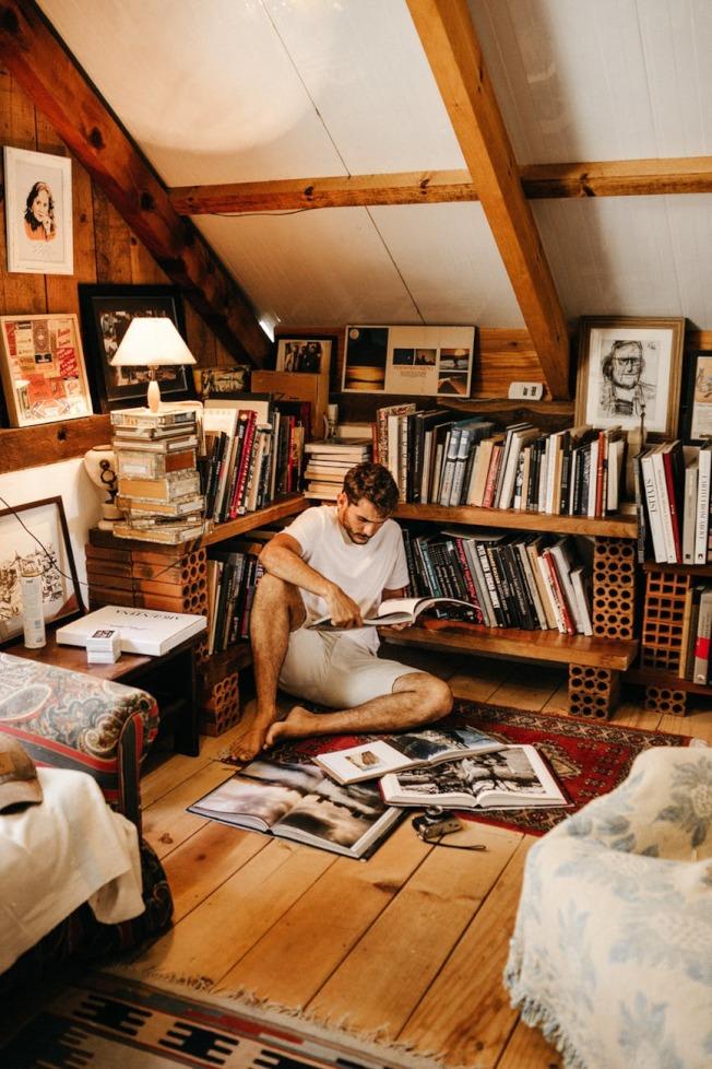 臥室如果放置太多書,會妨礙睡眠。(Pexels)