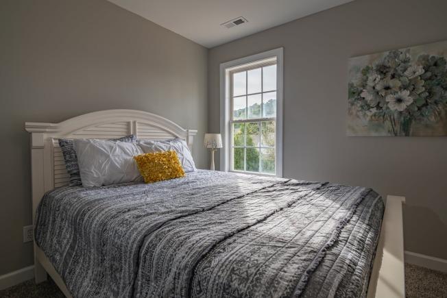 臥室色調柔和,有助安睡。(Pexels)