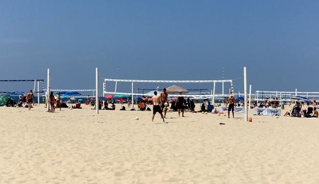 半島西北的南灣海灘漫長寬闊,沙質優良,運動設施完善。
