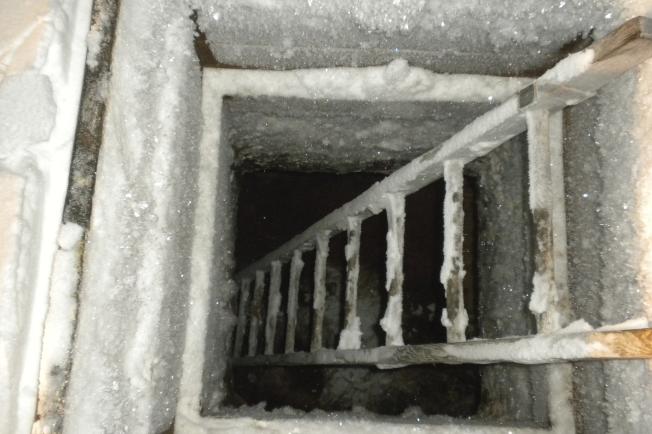 阿拉斯加傳統的地下冰窖。(美聯社)