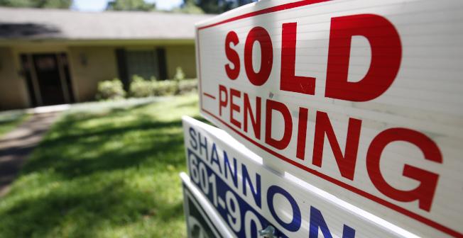 面對資金短缺,賣房變現成為一種常見的解套模式。(美聯社)