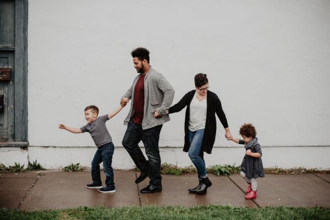 養兒育女是為人父母一輩子的「甜蜜負擔」。(Pexels)