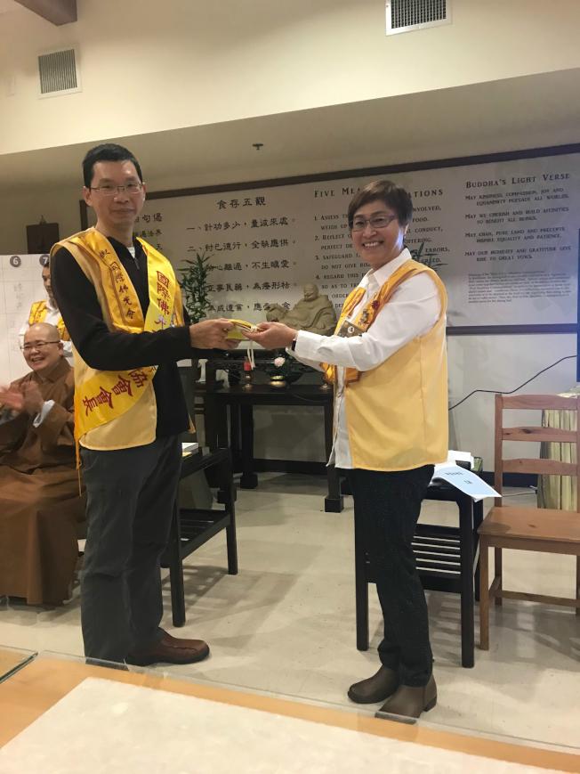 李蓓蓓(右)向陳俊宇授予會旗和會長肩帶,正式移交。(記者王明心/攝影)