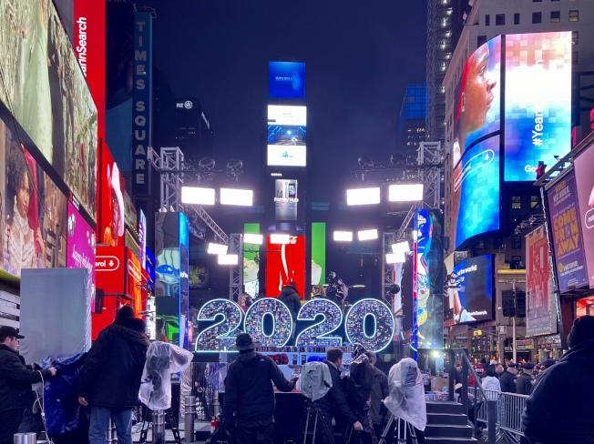 時報廣場舞台下的2020燈光標誌。(記者張晨/攝影)