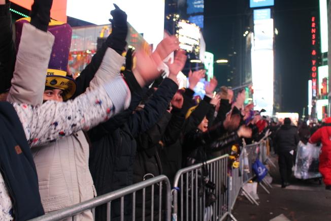 除夕夜的時報廣場,民眾隨現場音樂一起搖擺。(記者張晨/攝影)