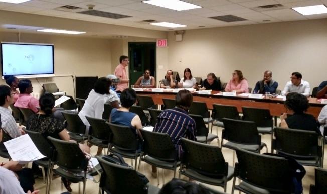 華裔家長日前在28學區會議上反對多元化計畫。(本報檔案照)