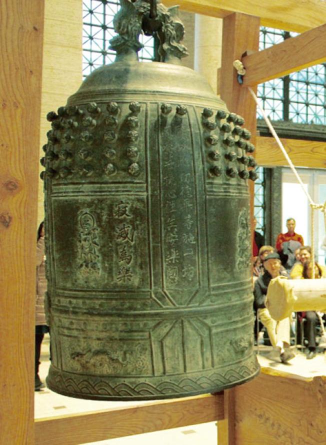 這口大鐘於16世紀在日本製作完成,現在由亞洲藝術博物館收藏。(記者李晗/攝影)