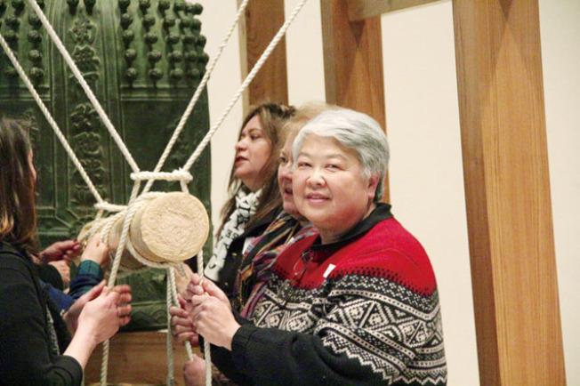 舊金山州立大學講師伍雁娜參加了年末敲鐘活動。(記者李晗/攝影)