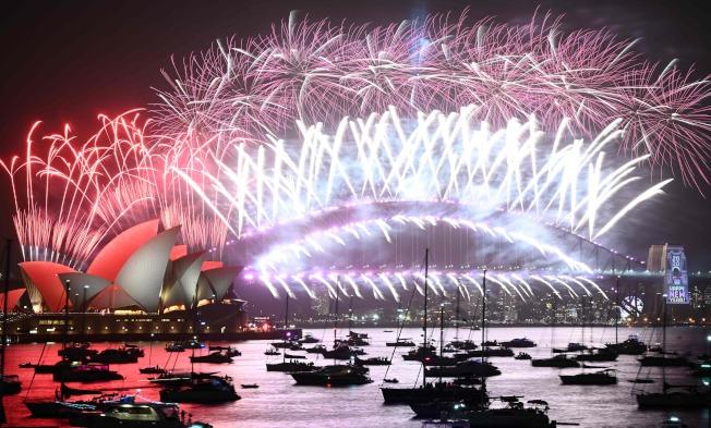 澳洲是全球最早迎來2020的國家之一,雪梨的煙火秀拉開全球跨年序幕。(Getty Images)
