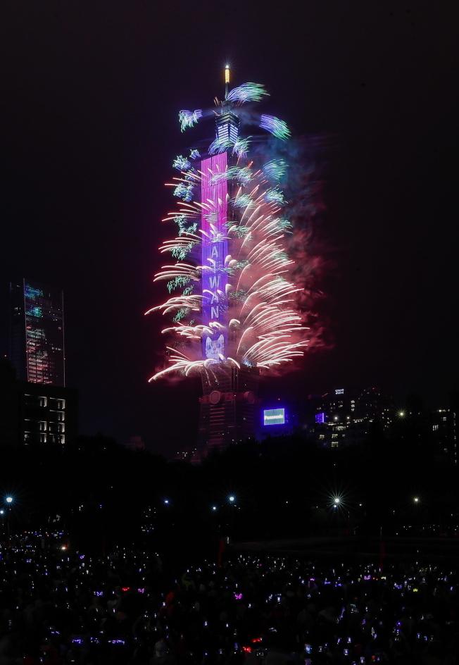 全球各地以各種形式的慶祝活動,送走2019,迎來2020。 圖為台北101大樓壯觀的煙火照亮夜空。(歐新社)
