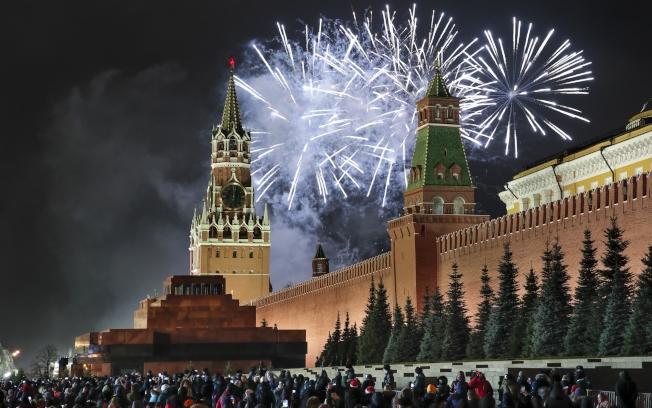 圖為俄國莫斯科紅場上的煙火。(美聯社)