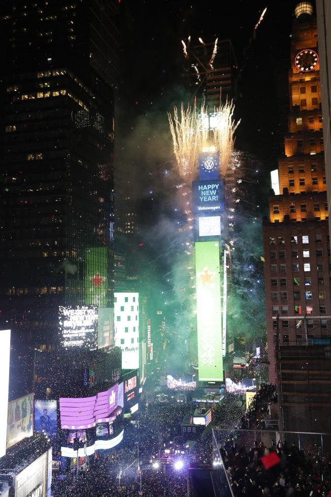 全球矚目的紐約時報廣場,大燈球落下的剎那,爆出燦爛煙火,迎接2020。(美聯社)