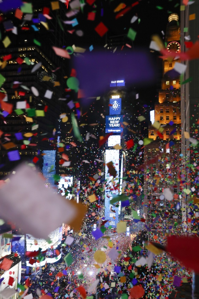 紐約時報廣場大燈球落下後,撒下漫天彩紙,迎接2020。(美聯社)