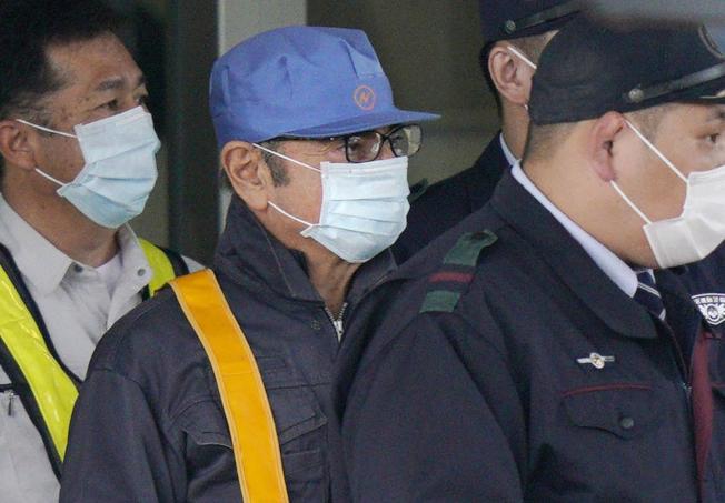 日產前執行長高恩(中)去年3月離開東京拘留所。(美聯社) via AP)