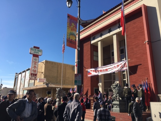 慶祝中華民國109年元旦升旗儀式1日在華埠舉行,羅省中華會館及屬下僑團、南加州台灣、越柬寮等僑團代表和民衆近200人出席。(記者楊青/攝影)