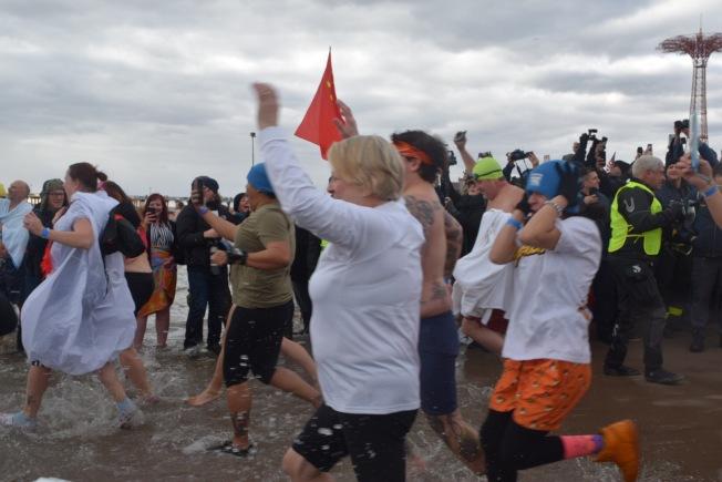 隨著喇叭響起,冬泳參賽者紛紛興奮衝進水裡。(記者顏潔恩/攝影)