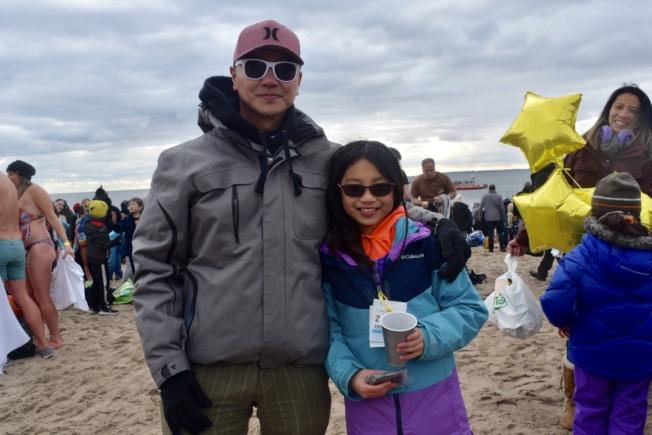 擁有十年冬泳經驗的劉傑克,攜帶九歲女兒接受冬泳挑戰。(記者顏潔恩/攝影)