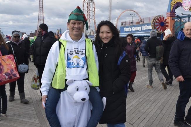 到場的華人見證冬泳的參與者接受新年挑戰。(記者顏潔恩/攝影)
