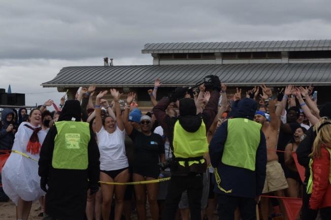在海邊就位的參賽者,都等不及要跳進水裡。(記者顏潔恩/攝影)