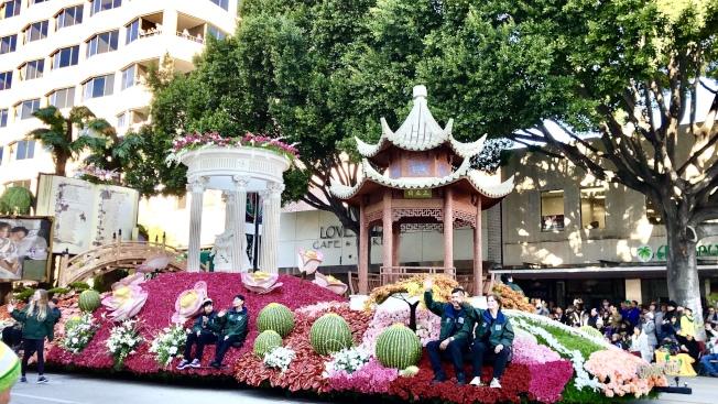 漢庭頓圖書館(Huntington Library)和植物園打造的花車。(記者王若然/攝影)