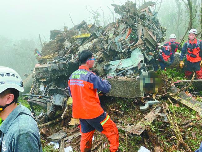搜救人員抵達現場,接觸到生還者。(記者柯毓庭/翻攝)
