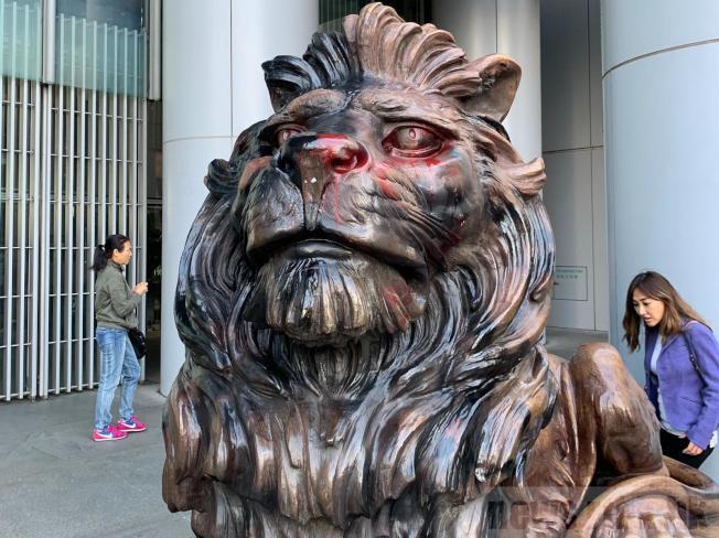 匯豐對於坐鎮滙豐總行大廈地下的銅獅被無理破壞,感到十分難過。(取材自香港電台)