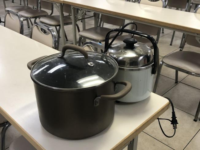 民眾帶著鍋子來領粥。(記者張宏/攝影)