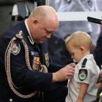 鼻酸!澳洲義消救火殉職 1歲兒代父受勳