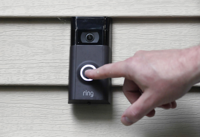Ring智能門鈴帶有攝像頭,能監控屋裡屋外。(美聯社)