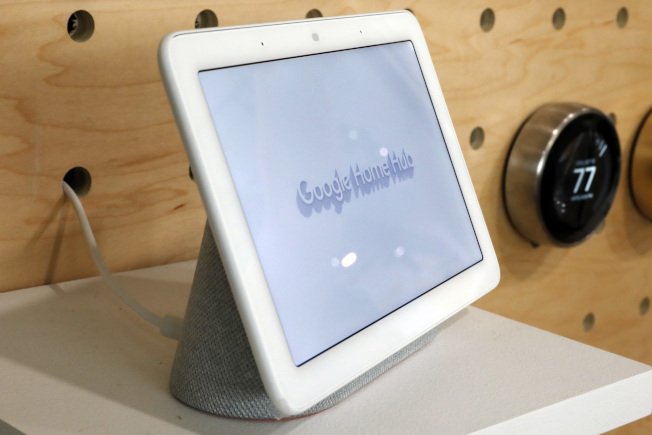 谷歌的智能居家控制中心能夠掌控家中許多智能裝置。(美聯社)