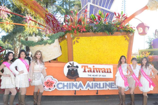台美小姐在華航花車前留影。(記者王全秀子╱攝影)
