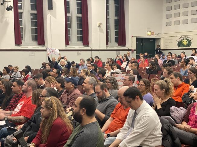 300名華裔家長與外族裔家長在學區會議上反對皇后區第28學區「校園多元化計畫」的不透明化。(記者牟蘭/攝影)