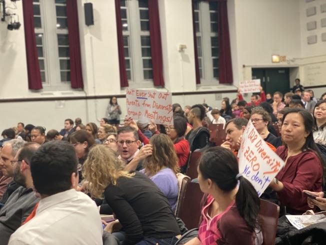 華裔家長與外族裔家長在學區會議上反對皇后區第28學區「校園多元化計畫」。(記者牟蘭/攝影)