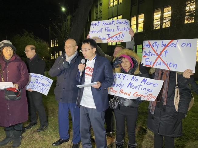臧東慧(講話者)聯合多位華裔家長反對皇后區第28學區「校園多元化計畫」的「暗箱操作」。(記者牟蘭/攝影)