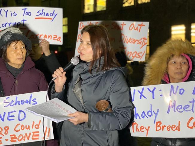 一名第28學區的家長反對該區「校園多元化計畫」不透明化。(記者牟蘭/攝影)
