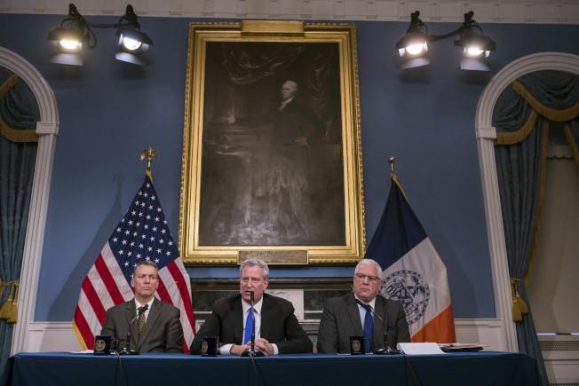 謝亞(左起)、白思豪宣布紐約即日起全程戒備。(取自市長辦公室)