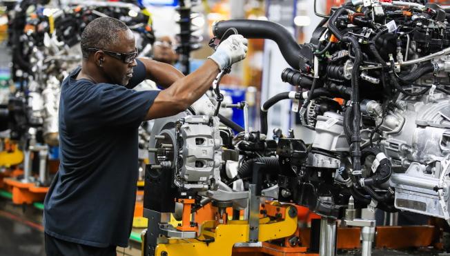 美國12月ISM製造業指數,從11月的48.1降至47.2。圖為福特汽車在芝加哥的組裝廠。(歐新社)