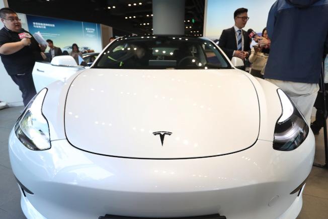 中國國產版特斯拉Model 3宣布降價,圖為去年底在上海太古匯特斯拉體驗店內,公布國產版Model 3新車。 (中新社資料照片)
