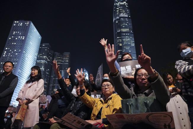 香港教育界3日走上街頭抗議港府逼校園噤聲。(美聯社)