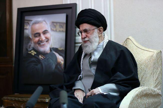 伊朗最高領導人哈米尼到蘇雷曼尼家中致悼。(Getty Images)
