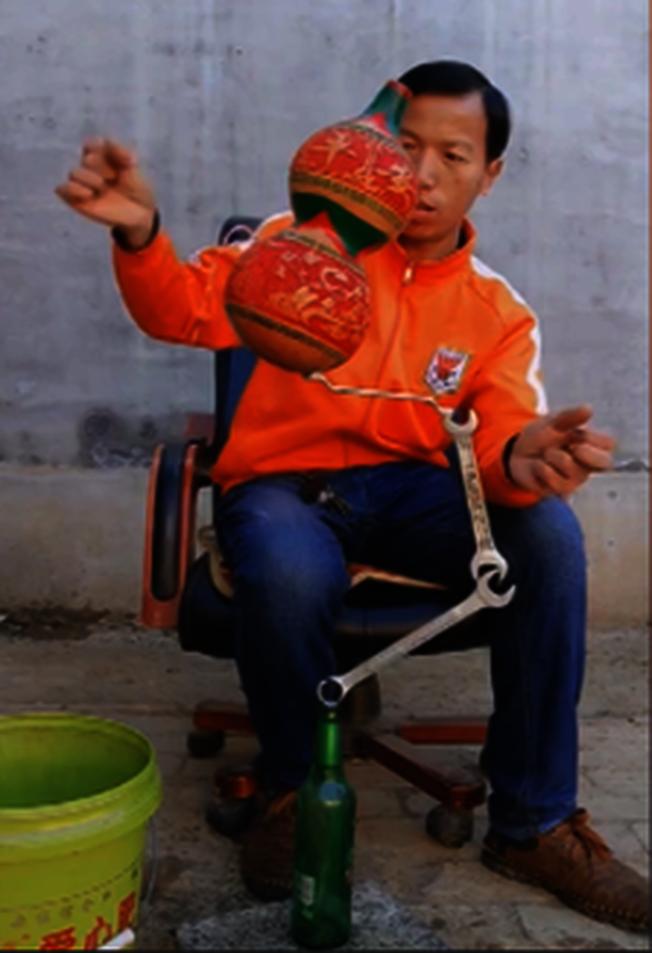 王業坤表演平衡術。(取材自揚子晚報)