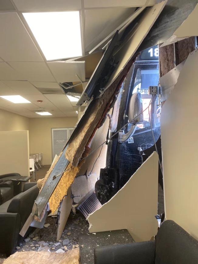 在Barstow購物中心,一輛旅遊巴士在停車場上失控突然前衝,直直撞入牆體。(讀者提供)