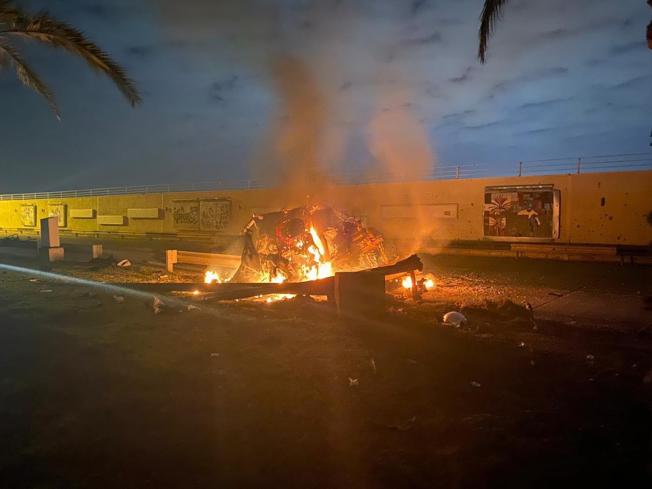 伊拉克新聞局3日發布蘇雷曼尼車隊在巴格達機場附近遇襲起火的畫面。(美聯社)